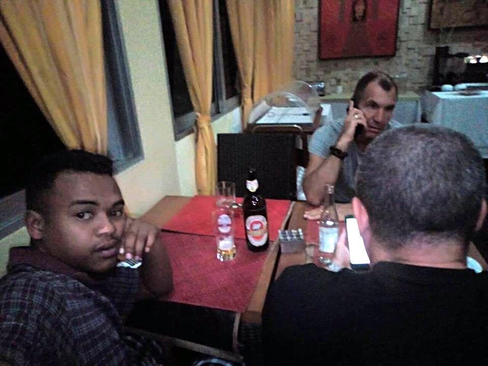 Человек, чрезвычайно похожий на Максима Шугалея на фотографии водителя, работавшего с российской делегацией на Мадагаскаре