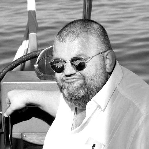 Владимир Фролов, Политтехнолог из Нижнего Новгорода, стоял у истоков газеты «Наше время Удмуртия», на Мадагаскаре встречался с бывшим министром сельского хозяйства