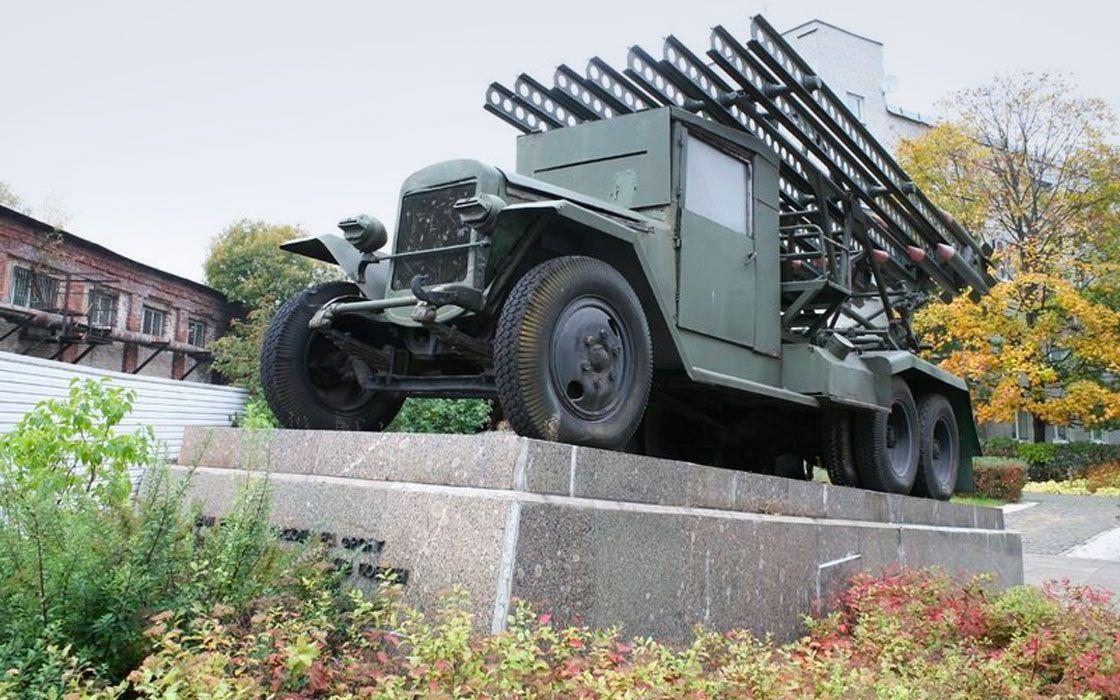 Памятник автомобилю «Катюша» на территории бывшего завода им. Карла Маркса.