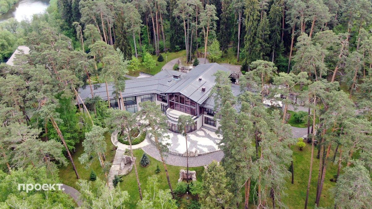 Огромный участок Горки 10-5 — почти шесть гектаров — надежно скрыт за высокими соснами, главный дом максимально близкий ракурс (всего на участке три дома)