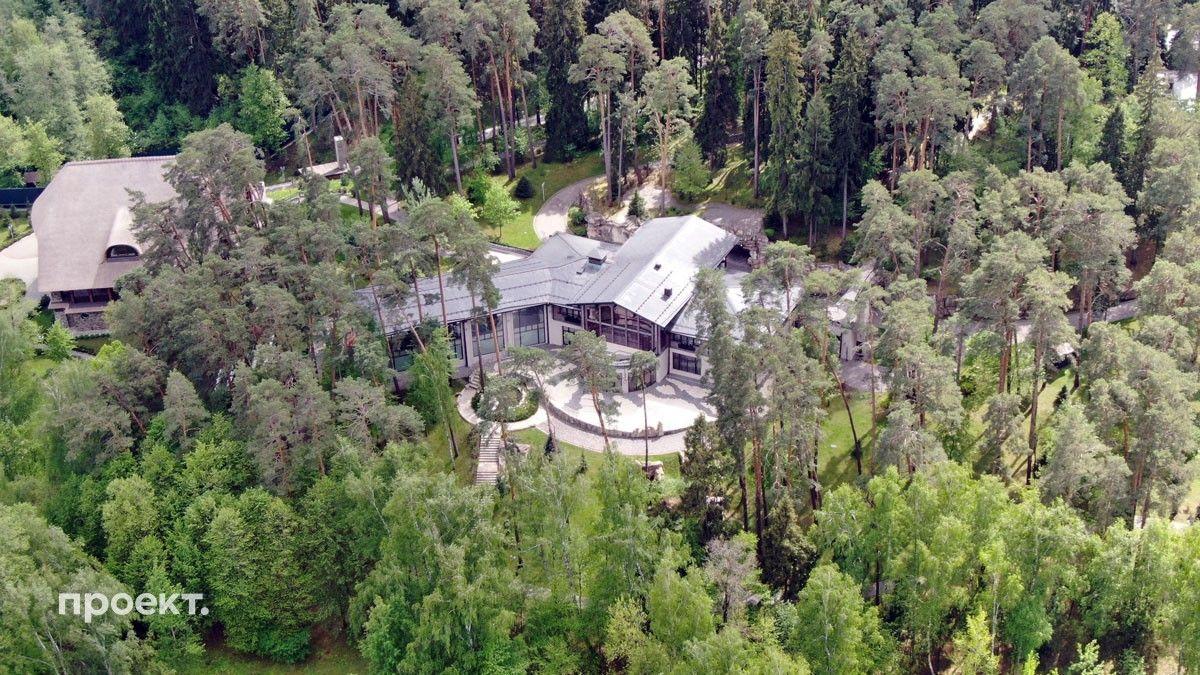 Огромный участок Горки 10-5 — почти шесть гектаров — надежно скрыт за высокими соснами, главный дом (всего на участке три дома)
