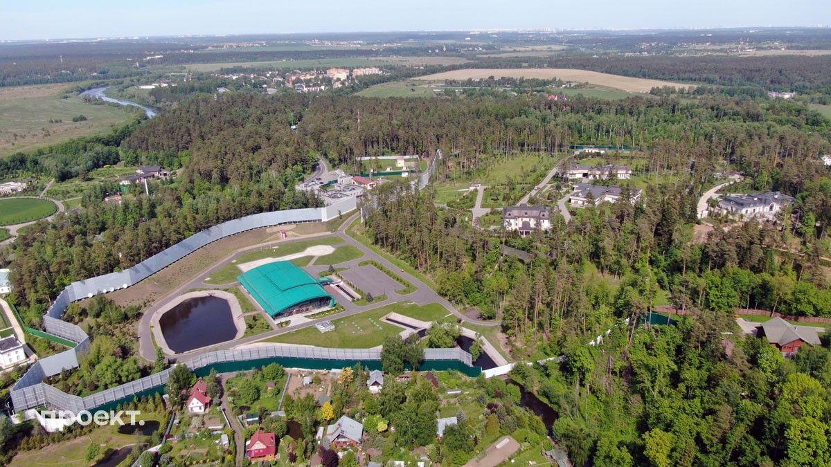 «Проект» сделал снимки резиденции — на территории видны три особняка, вертолетная площадка и ледовая арена.