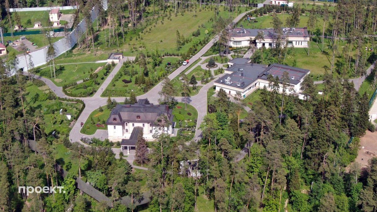 """«Проект» сделал снимки резиденции """"Горки 10-10"""" — на территории видны три больших особняка,"""