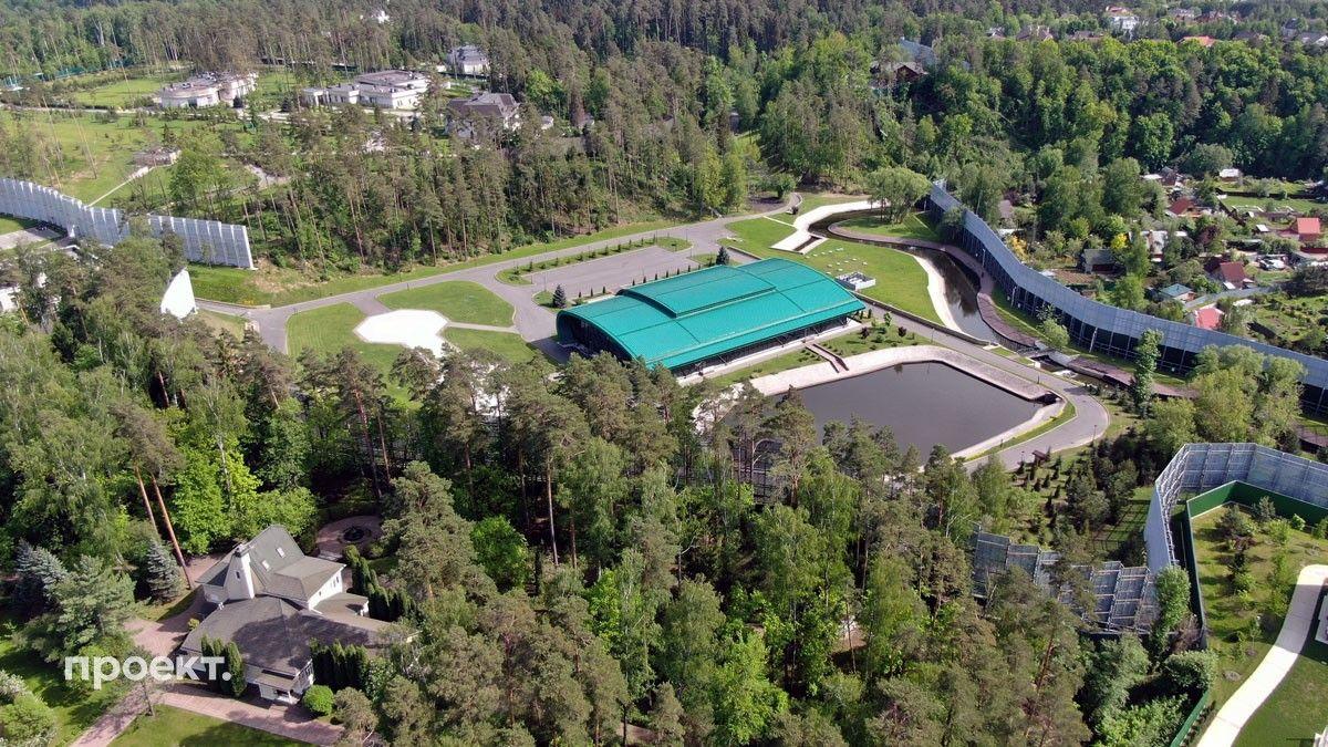 «Проект» сделал снимки резиденции Горки 10-10 — на территории видны три особняка, вертолетная площадка и ледовая арена. Ледовая арена находится в распоряжении ФСО.