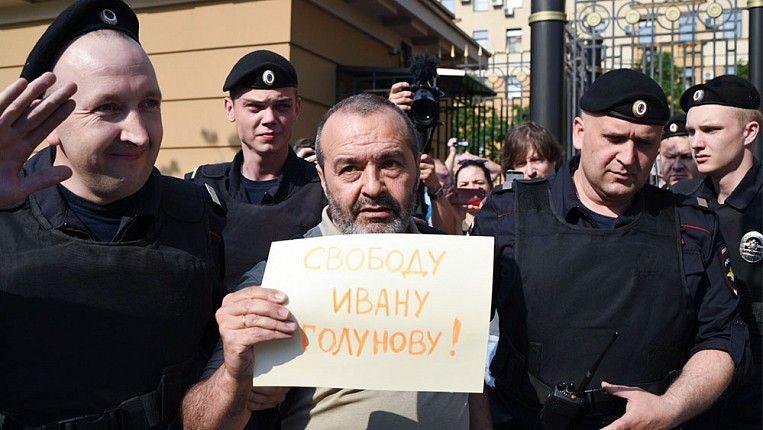 Задержание Виктора Шендеровича на пикете за освобождение Голунова