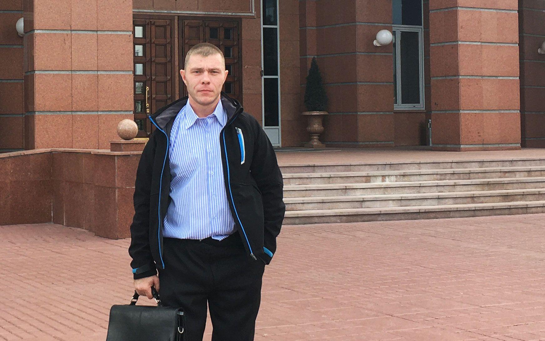 Сергей Белокопытов после заседания суда — его 12-летнего сына органы опеки пытались отобрать дважды.