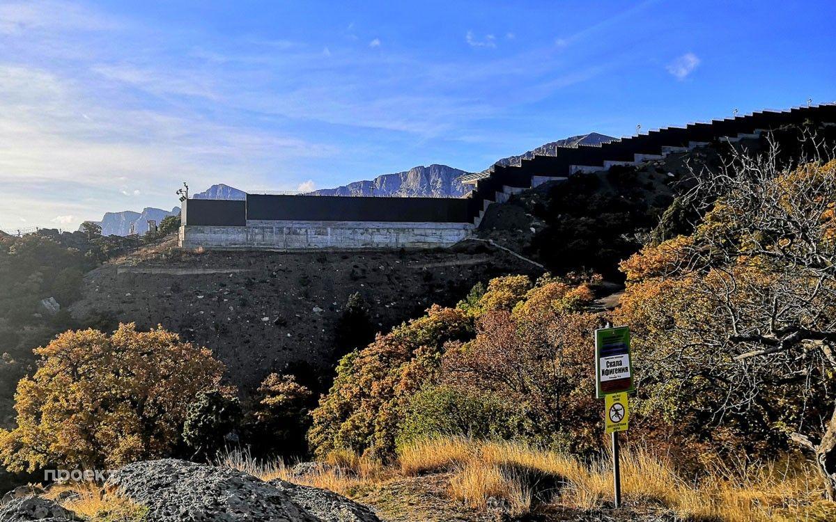 Забор вокруг территории государственных дач в поселке Олива, Южный берег Крыма