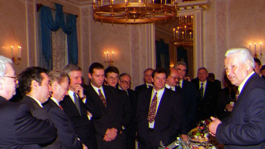 Борис Ельцин беседует сглавными редакторами вдень вручения премии вобласти печатных СМИ, учрежденную Академией свободной прессы, 1997год