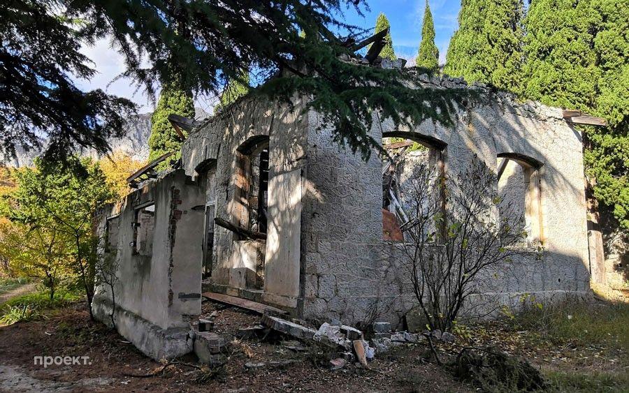 Развалины школы, построенной наденьги Чехова, впоселке Олива в Крыму