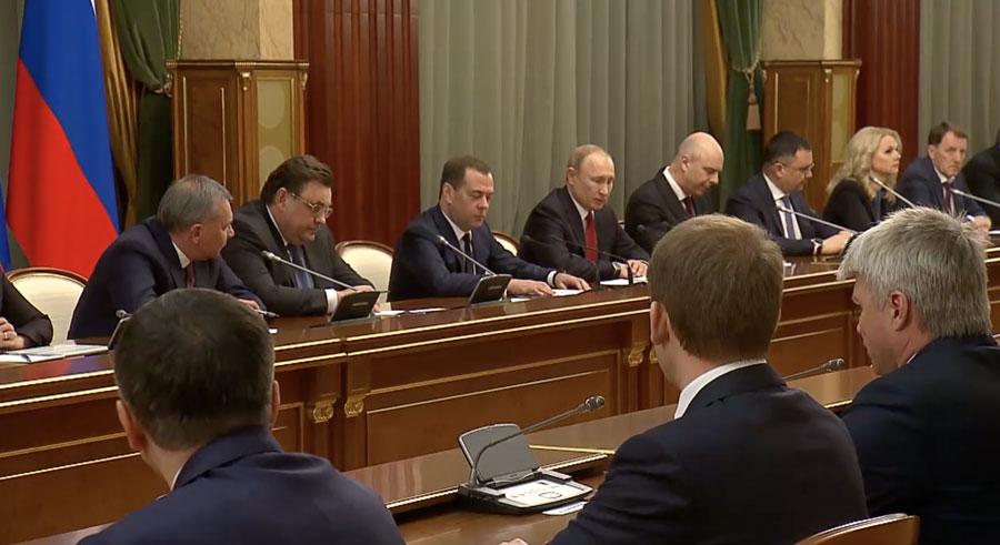 Владимир Путин иДмитрий Медведев сообщают членам правительства оботставке.