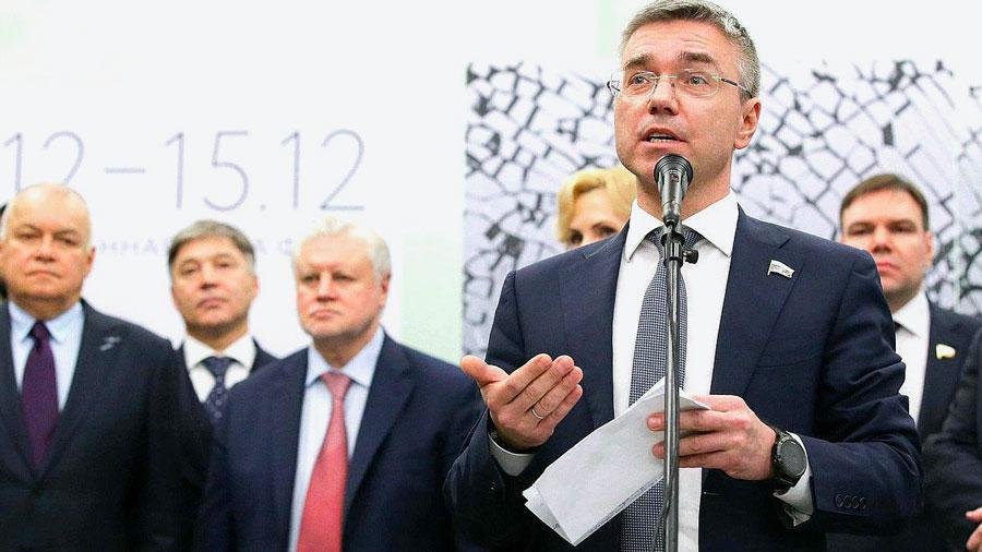 Весной 2018 года бывший телеведущий Евгений Ревенко позволил себе сказать,даитокосвенно, что после 2024года вРоссии будет новый президент, впартии власти были возмущены иотчитали Ревенко вунизительной форме.