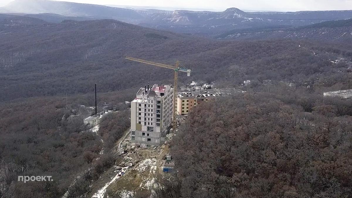 Вид на стройку гостиницы в Научном, в охранной зоне обсерватории, Крым