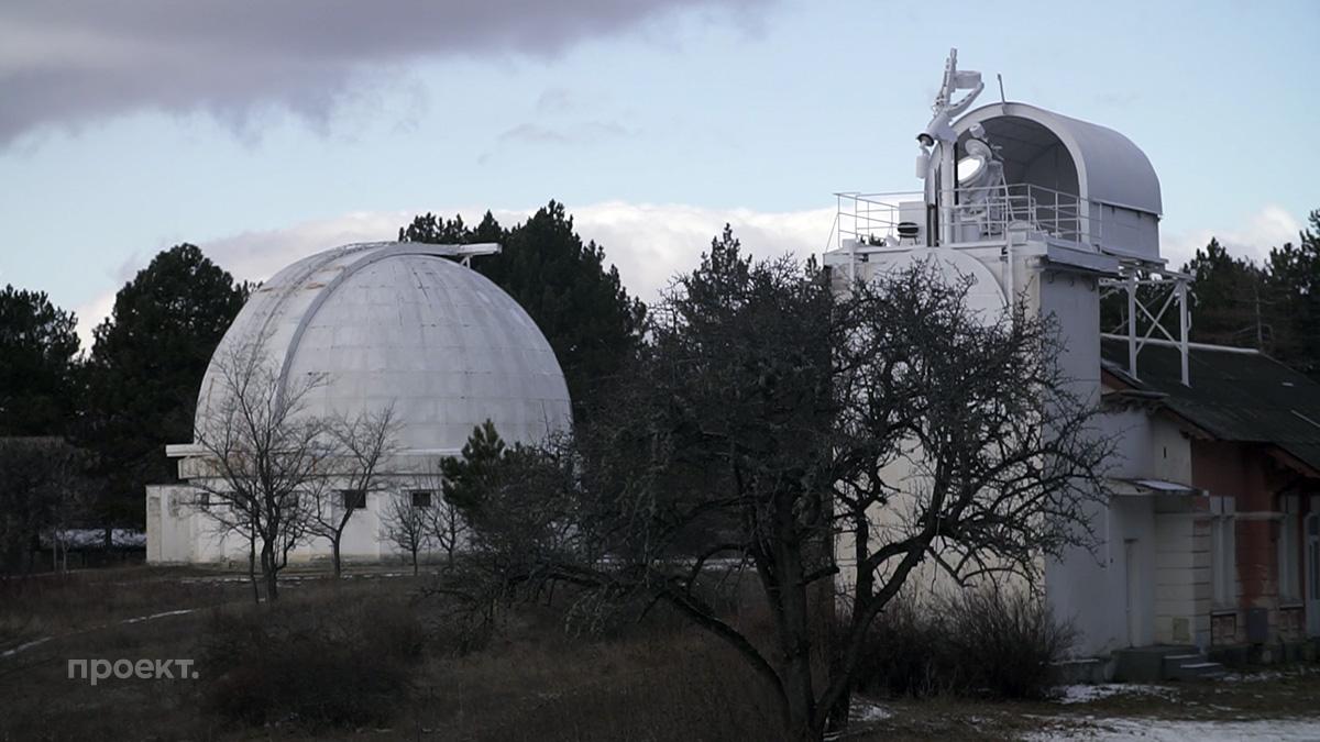 Один из телескопов Крымской обсерватории в поселке Научный