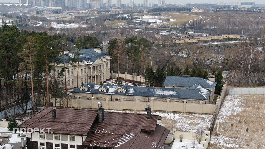 Ближайший сосед Марины Амаффи— сын Эдуарда Худайнатова Алексей. Дома расположены почти вплотную ивыполнены водном стиле. Стройку, судя поданным Google Earth, они тоже начали одновременно.