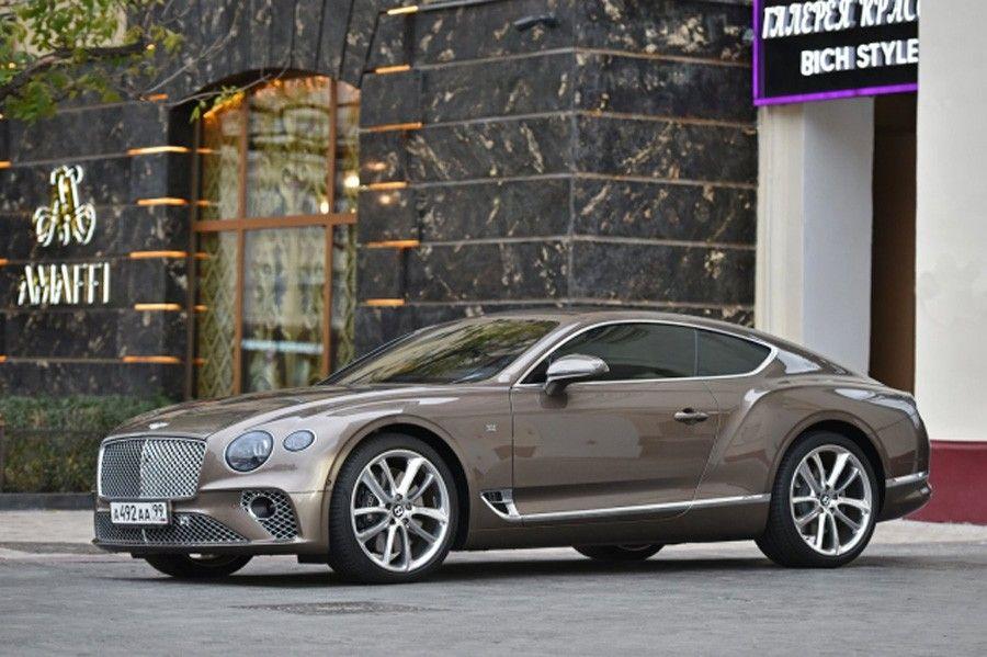 Автомобиль Bentley Марины Амаффи возле московского магазина духов Amaffi