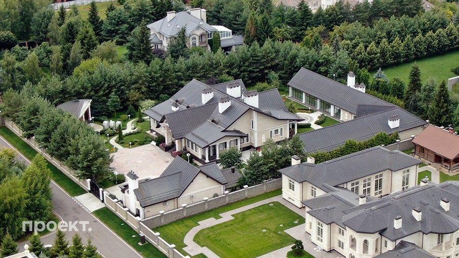 Первая жена Эдуарда Худайнатова Марина также владеет особняком на Рублевке: вэлитном поселке НПИЗ Речное.