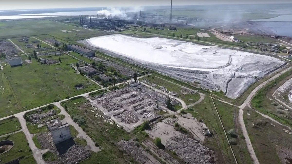 Вид накислотный накопитель завода «Крымский титан», 2018год -- завод сливает отходы химического производства, втом числе серную кислоту, внакопитель— расположенный неподалеку искусственный водоем, который при Украине заполнялся водами Северо-Крымского канала.