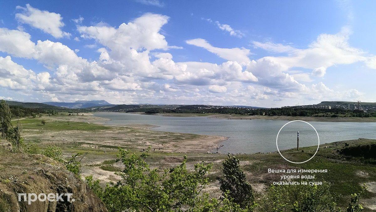 Фото: В июне 2020 вешка для измерения уровня воды в Симферопольском водохранилище оказалась на суше